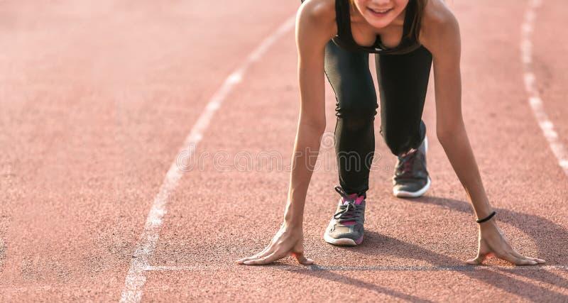 Atleta pronto para começar na pista de atletismo imagem de stock royalty free