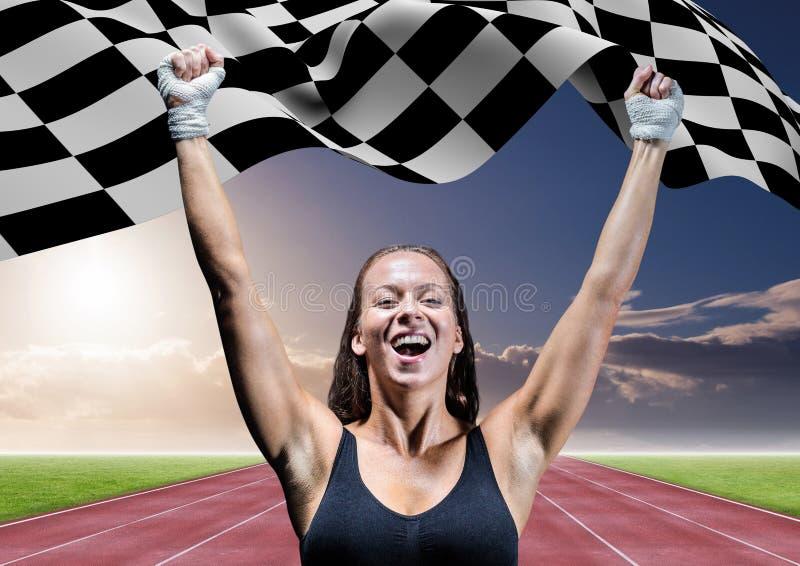 Atleta que comemora sua vitória com a bandeira quadriculado no autódromo fotos de stock royalty free