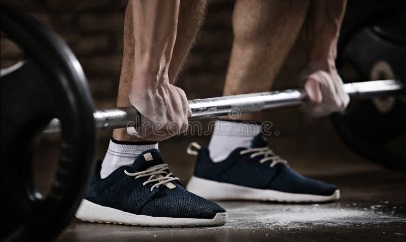 Atleta que consigue listo para el entrenamiento del levantamiento de pesas imagenes de archivo