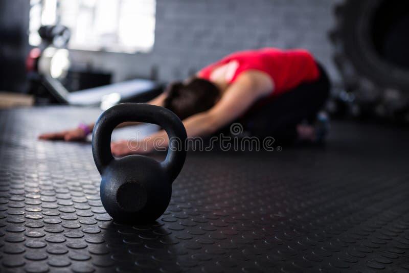 Atleta que ejercita por el kettlebell fotos de archivo