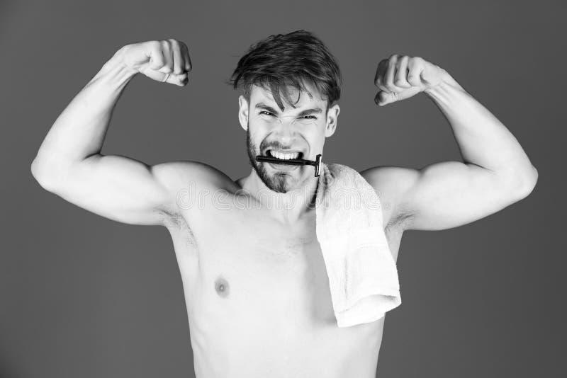 Atleta que mostra o braço forte com bíceps, tríceps imagem de stock royalty free
