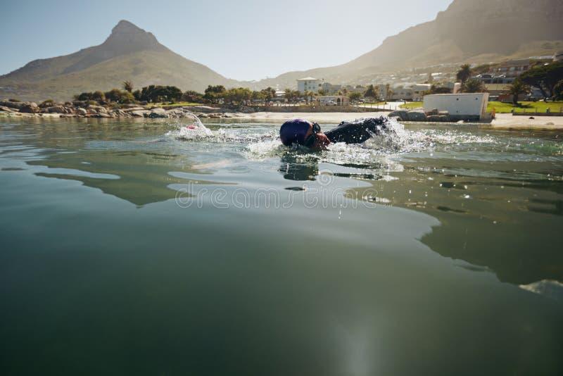 Atleta que practica para el triathlon imágenes de archivo libres de regalías