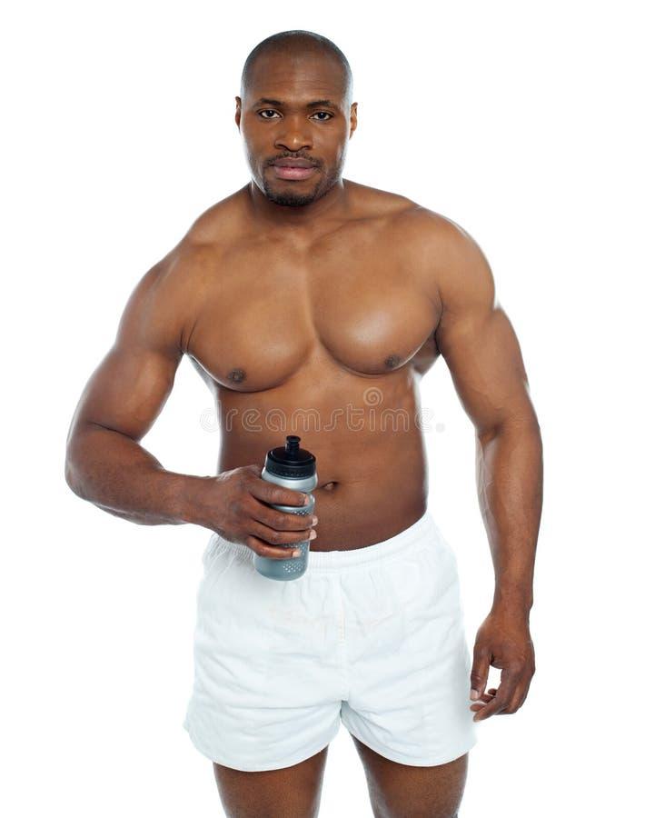 Atleta que presenta con la botella de la bebida de la salud imágenes de archivo libres de regalías