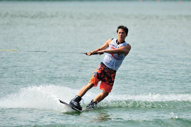 Atleta que realiza truco durante el campeonato inter nacional 2014 de Wakeboard del equipo universitario y de la escuela politécn imagen de archivo libre de regalías