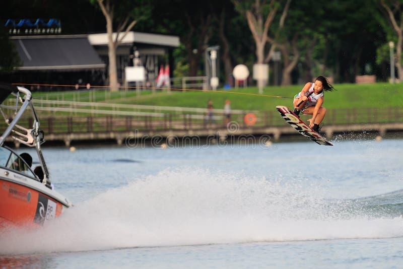 Atleta que realiza truco durante el equipo universitario inter nacional de Singapur del Rip Curl foto de archivo libre de regalías