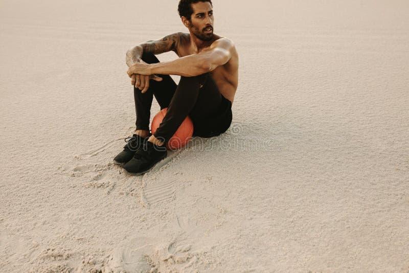 Atleta que toma a ruptura do exercício físico fotos de stock royalty free