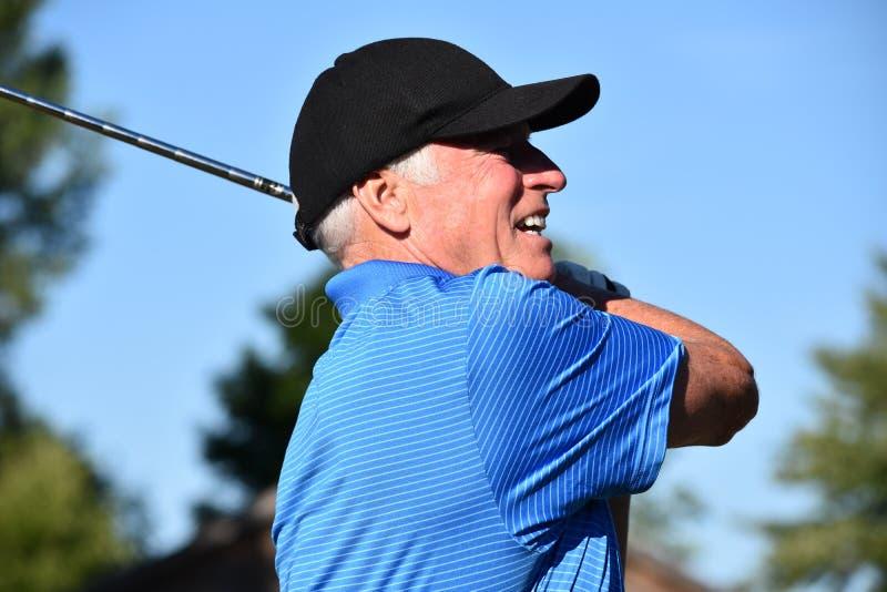 Atleta Retiree Male Golfer y ejercicio con el balanceo de Golf Club foto de archivo libre de regalías