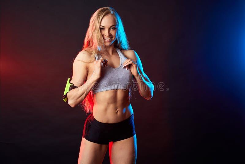 Atleta rubio feliz alegre que muestra su cuerpo delgado ideal fotografía de archivo