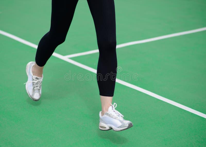 Atleta Runner Feet Running da mulher na pista de atletismo verde Conceito do bem-estar da aptidão e do exercício fotografia de stock