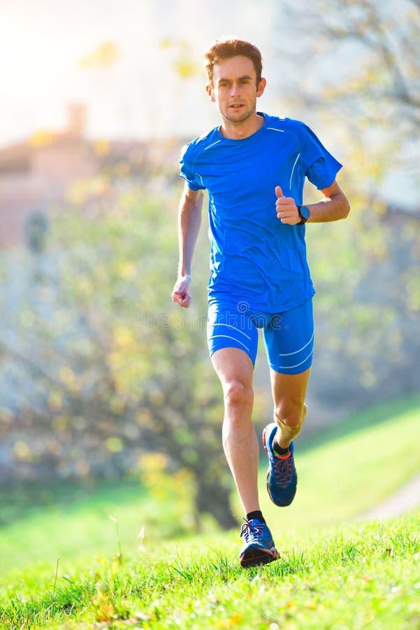 Atleta running da montanha profissional no treinamento fotos de stock royalty free
