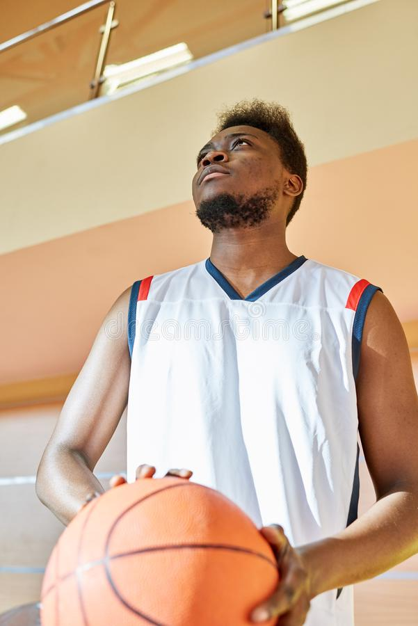 Atleta sério com bola do basquetebol imagens de stock royalty free