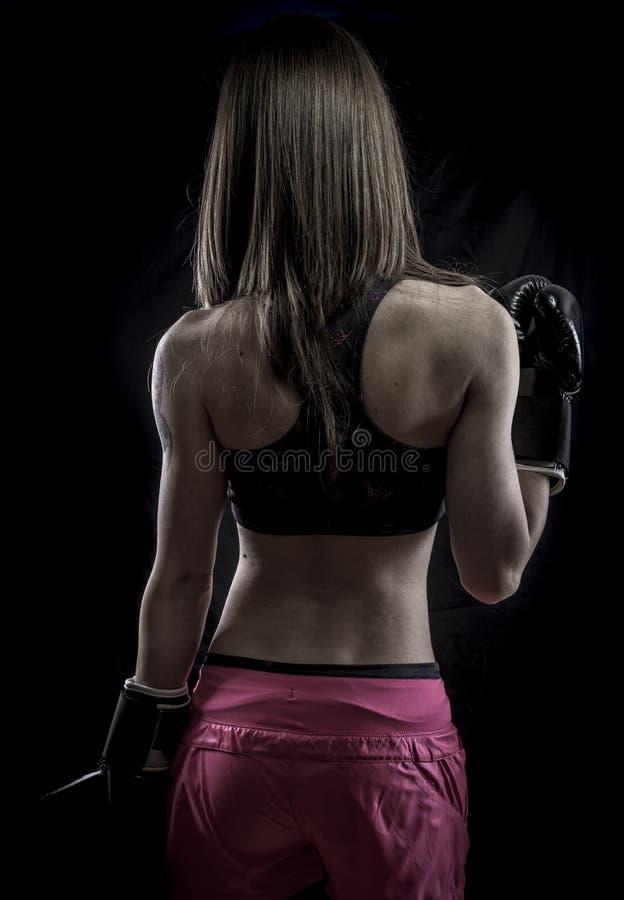 Atleta sano, fuerte de la mujer con los guantes de boxeo fotografía de archivo libre de regalías