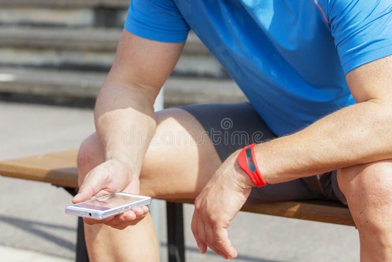 Atleta sprawdza sprawność fizyczna dane noszonych obraz royalty free