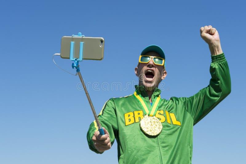 Atleta Taking Selfie de la medalla de oro del Brasil con el palillo de Selfie fotos de archivo
