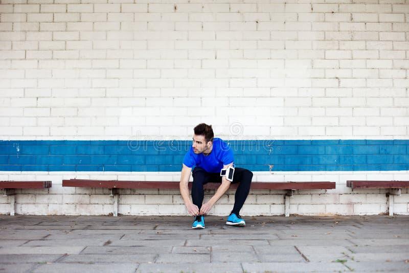 Atleta Tying Shoelaces imagem de stock