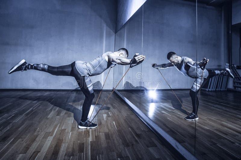 Atleta w sporta sportswear treningu z elastycznym oporu zespołem obraz tonujący obraz stock