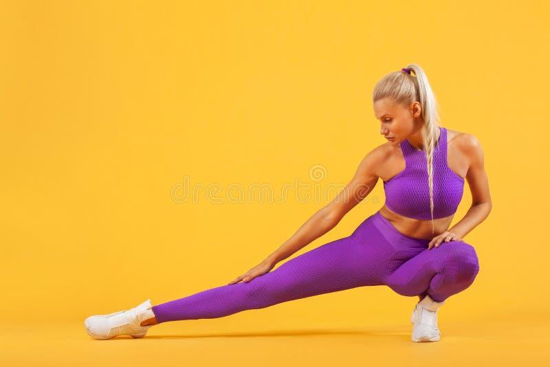 Atleta y culturista de la mujer de la aptitud Aislado en fondo amarillo fotografía de archivo