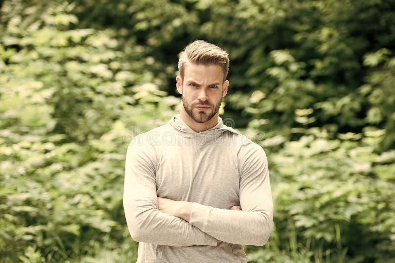 Atleta z rękami krzyżować w lato parku Silny mężczyzna przygotowywający dla trenować na świeżym powietrzu Napad i ufny macho na p zdjęcia stock