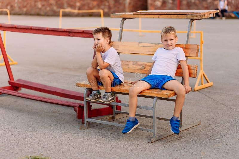 Atletas das crianças na corte fotografia de stock royalty free