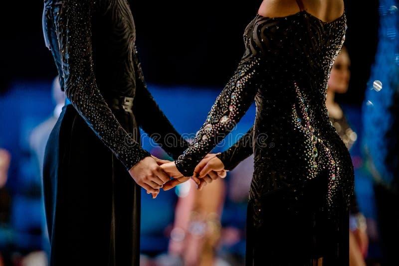Atletas de los pares de la danza en trajes negros de la danza fotografía de archivo libre de regalías