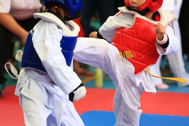Atletas del Taekwondo que luchan en etapa imagen de archivo libre de regalías