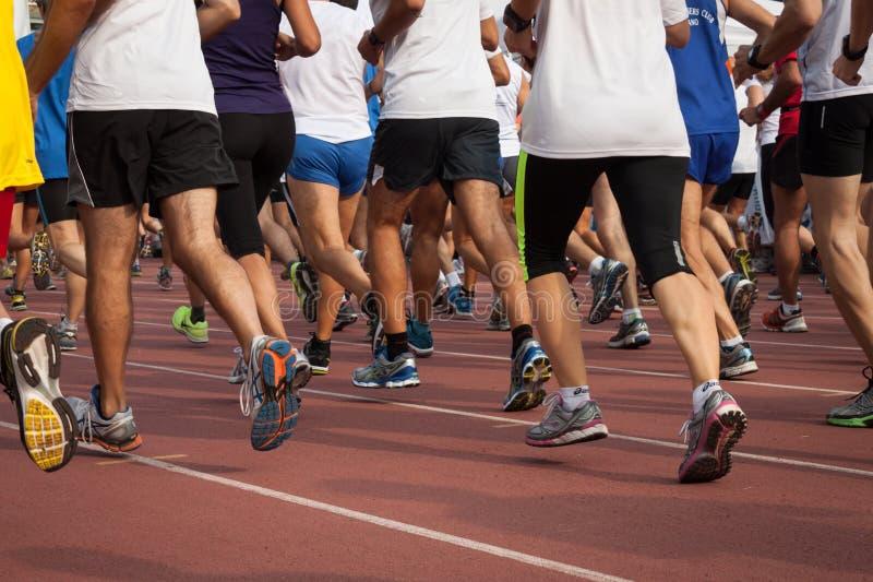 Atletas en la innovación que corre en Milán, Italia imagen de archivo