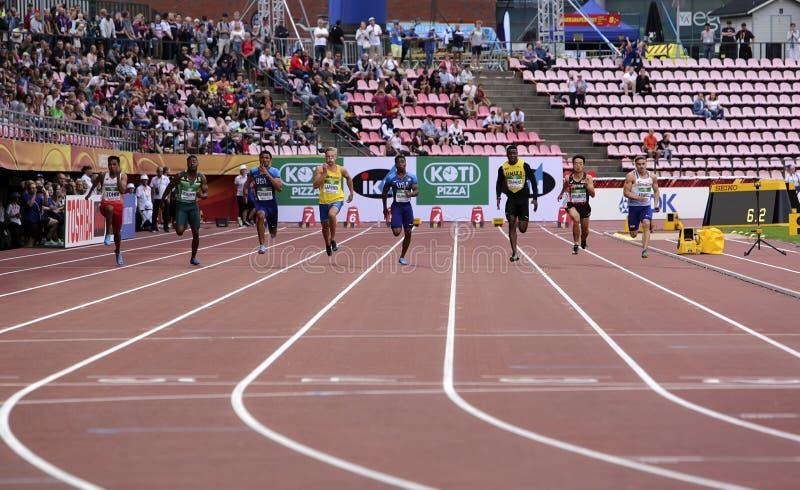 Atletas en 100 metrs en el campeonato del mundo U20 de IAAF adentro imagen de archivo