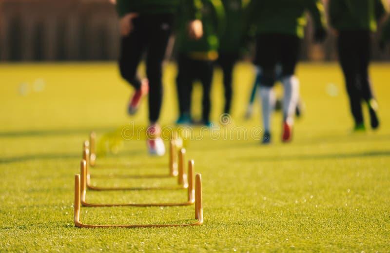 Atletas novos da criança que treinam com equipamento do futebol Treinamento da velocidade do futebol fotos de stock