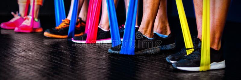 Atletas que exercitam com a faixa da resistência no gym foto de stock royalty free