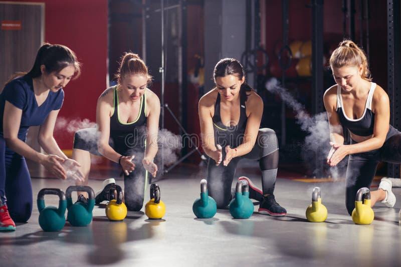 Atletas que fazem exercícios com o gym da aptidão dos kettlebells foto de stock royalty free