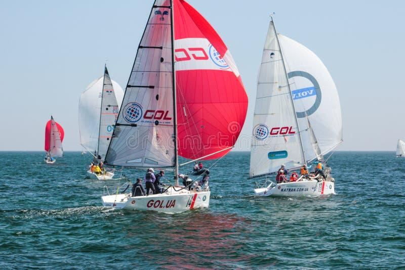 Atletas que participan en la competencia navegante - regata del equipo, llevada a cabo en Odessa Ukraine SB20 - fotos de archivo