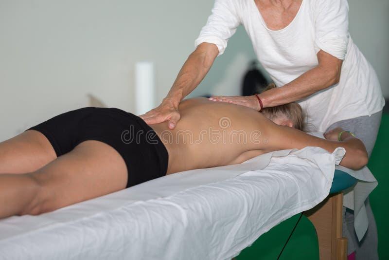 Atleten Achtermassage na Fitness Activiteit - Wellness en Sport stock fotografie