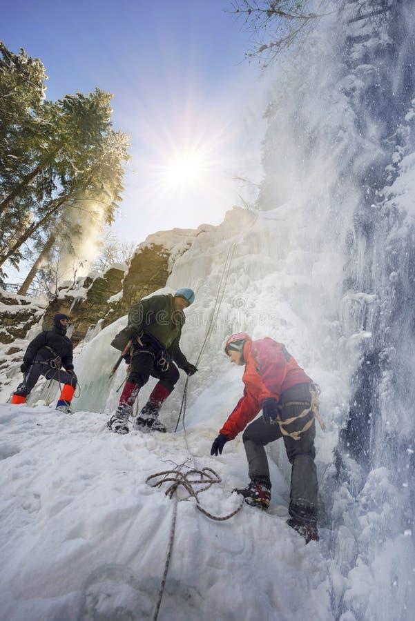Atleten bij Manyavsky-Dalingen in de Winter stock afbeeldingen