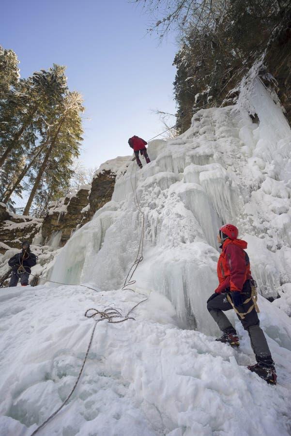 Atleten bij Manyavsky-Dalingen in de Winter royalty-vrije stock afbeeldingen