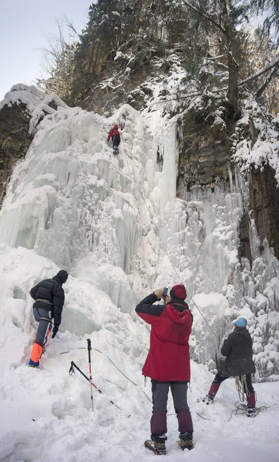 Atleten bij Manyavsky-Dalingen in de Winter stock fotografie