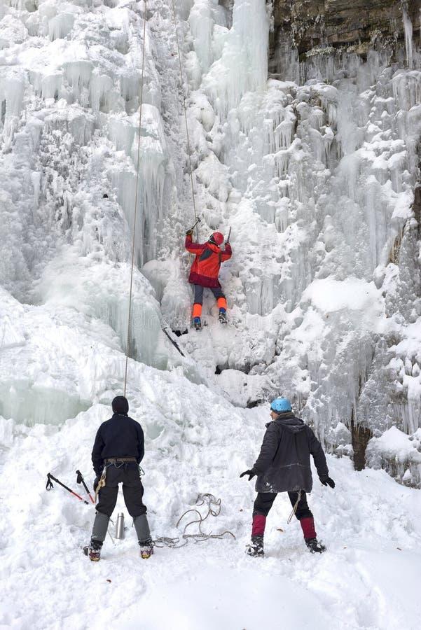 Atleten bij Manyavsky-Dalingen in de Winter royalty-vrije stock fotografie
