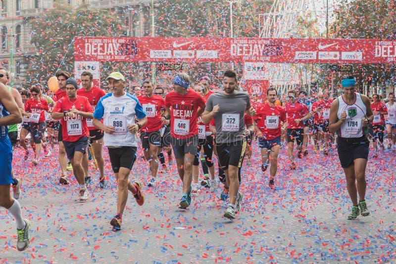 Atleten die aan Deejay Ten, lopende die gebeurtenis deelnemen door Deejay Radio in Milaan, Italië wordt georganiseerd stock foto's
