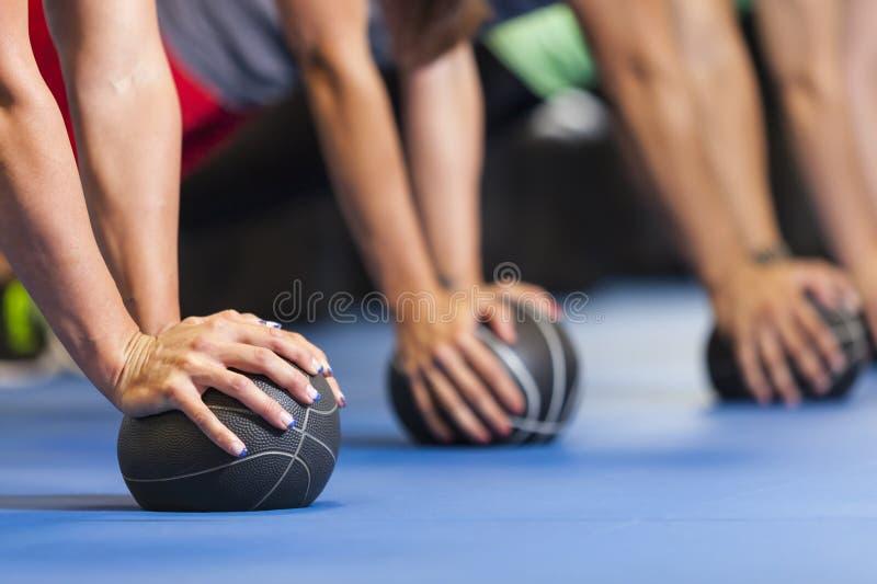 Atleten die geneeskundeballen gebruiken royalty-vrije stock afbeelding