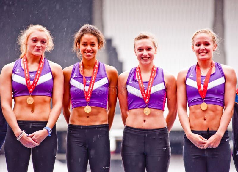 Atleten met gouden medaille bij het Olympische stadion van Londen stock foto