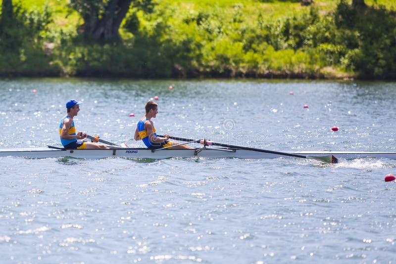 Atleten op de het roeien concurrentie stock afbeeldingen