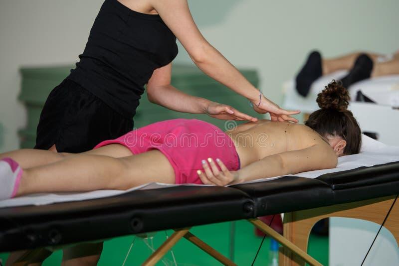 Atleten` s Achter Professionele Massage na Fitness Activiteit - Wellness en Sport royalty-vrije stock foto