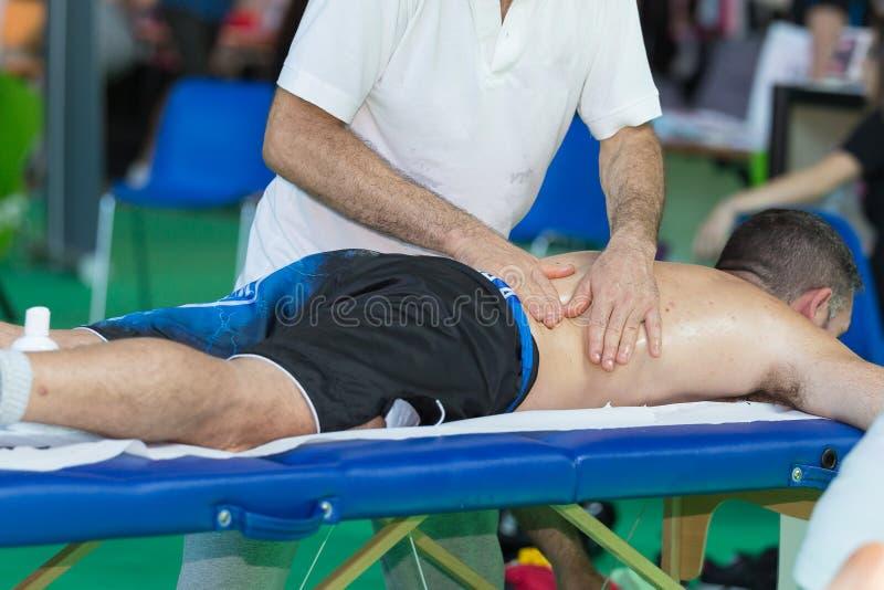 Atleten` s Achtermassage na Fitness Activiteit Wellness en Sport royalty-vrije stock foto's