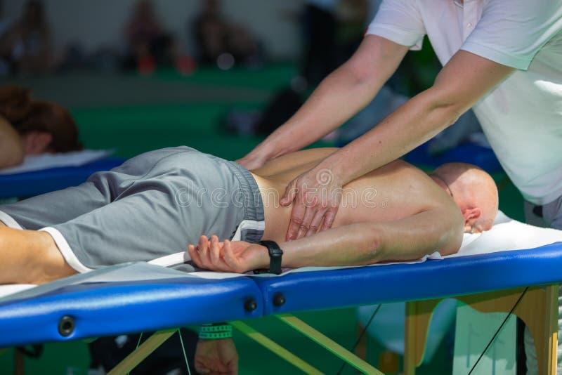 Atleten` s Achtermassage na Fitness Activiteit - Wellness en Sport stock afbeeldingen