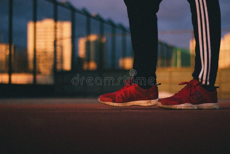 Atleten` s voet in Reebok-tennisschoenen stock foto