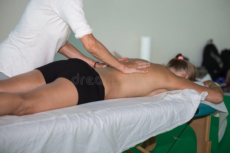 Atletens Achtermassage na Fitness Activiteit - Wellness en Sport royalty-vrije stock fotografie