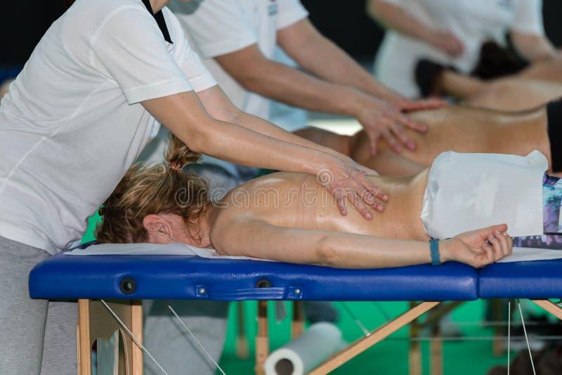 Atletens Achtermassage na Fitness Activiteit - Wellness en Sport stock foto's