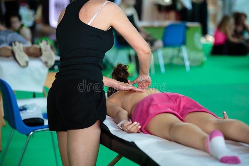 Atletens Achtermassage na Fitness Activiteit - Wellness en Sport royalty-vrije stock afbeeldingen