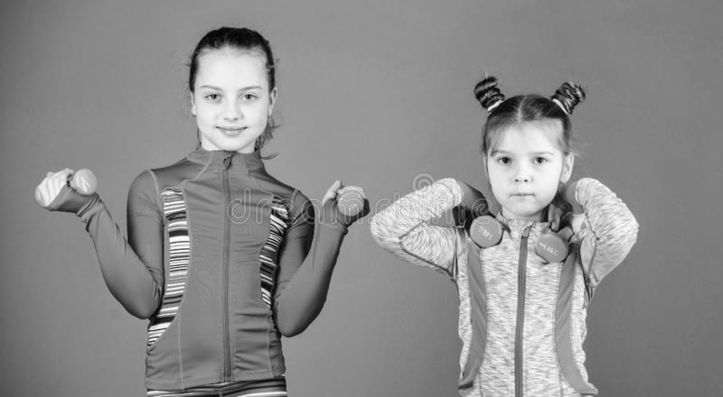 Atleti adorabili Piccolo bambini che sviluppano idoneit? fisica Le piccole ragazze godono dell'addestramento di forma fisica con  fotografie stock