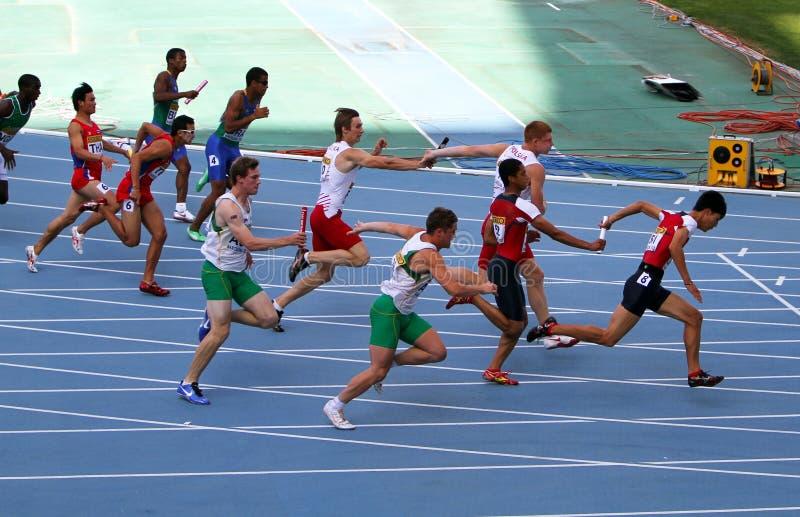 Atleti sui 4 x 100 tester della corsa di relè immagini stock