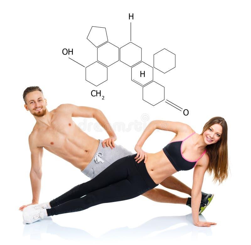 Atletisch aantrekkelijk paar - man en vrouw die geschiktheidsexercis doen stock afbeeldingen